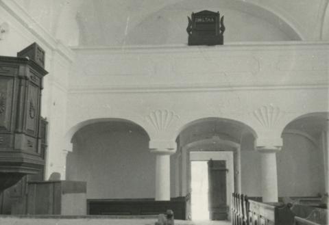 A mencshelyi református templom belseje a karzattal
