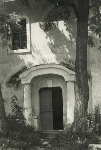 A monoszlói református templom oldalbejárata