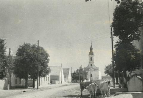 A barnagi Fő utca a római katolikus templommal
