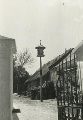 A barnagi Fő utca 30. szám alatti ház, udvarán galambdúccal