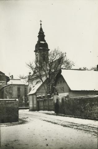 A szegedi Szent Miklós szerb ortodox templom a Dóm tér rendezése előtt