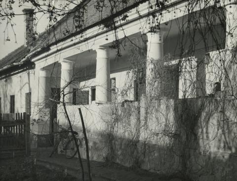 A békési Jantyik Mátyás utca 33. szám alatti óvoda tornáca