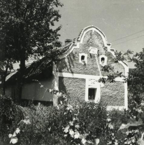 Becehegy, barokk oromzatos ház