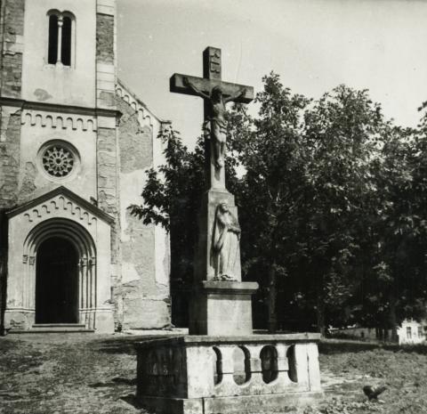 Hegymagas, kőfeszület a Szent Lőrinc-templom előtt