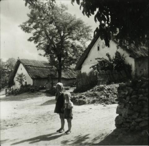 Badacsonytomaj, Ady Endre u. 9-13. számú ház előtt