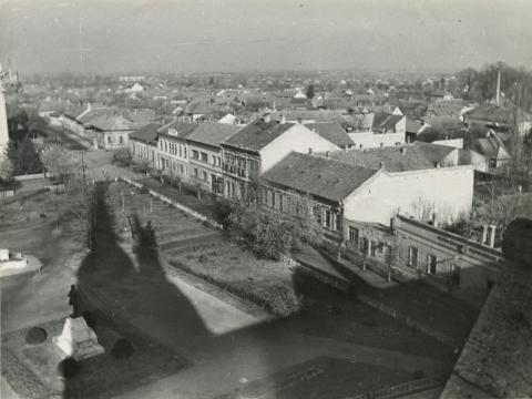 A békéscsabai Kossuth tér látképe a Kossuth-szoborral