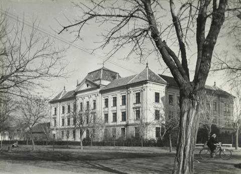 A békéscsabai Szeberényi téren álló gimnázium