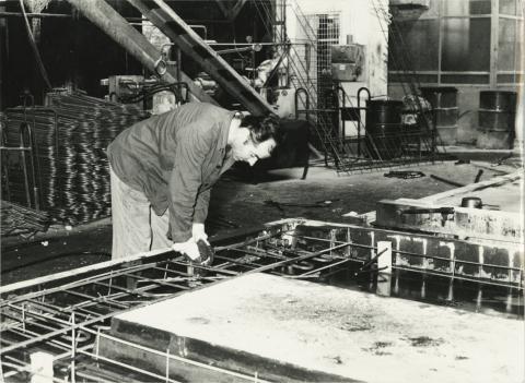 Keszler László, panelelem vasvázának szerelése