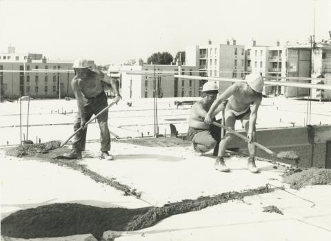 Centenáriumi lakótelep, E épület, Tarsoly Lajos betonozik
