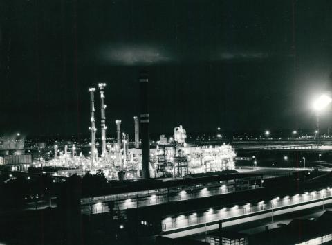 A Tiszai Vegyi Kombinát éjszakai látképe
